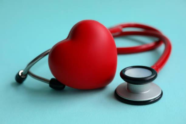 Herz und Stethoskop zur Messung des Blutdrucks
